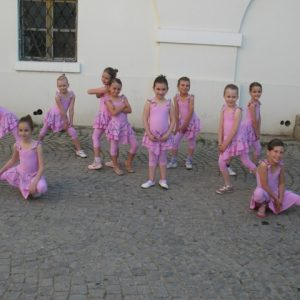 jednodelni roze triko sa suknjicom helanke za decu roze za balet ples i gimnastiku